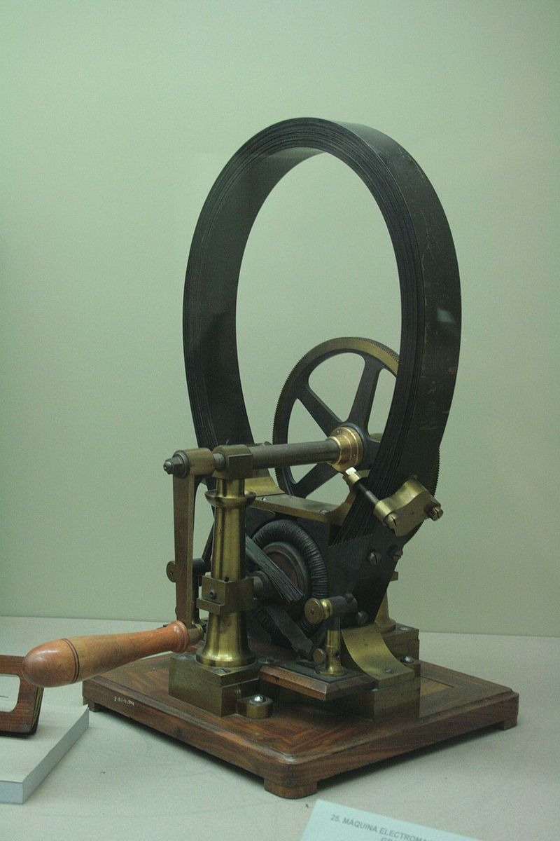 画像: 1871年のグラム・ダイナモ。いわゆる発電機ですが、1873年にオーストリア・ウィーンでの博覧会展示中に、助手の配線接続ミスという偶然からダイナモに直流を流すと電動モーターとして機能することが発見されました。 en.wikipedia.org