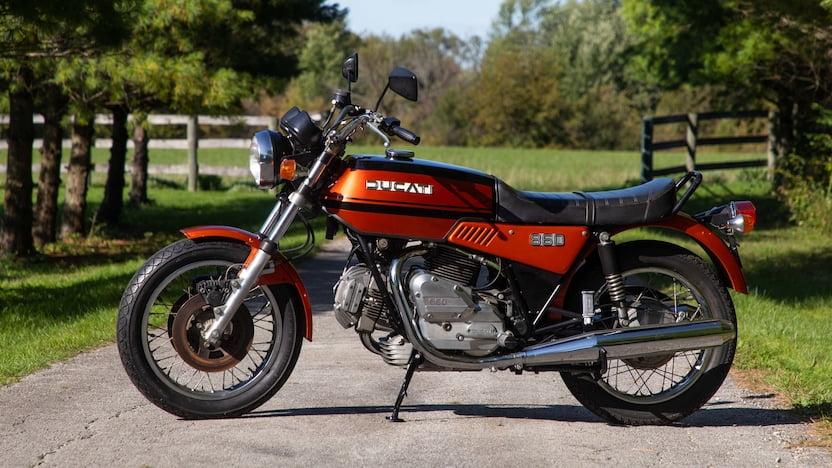 画像: 1975年モデルのドゥカティ860GT。そのスタイリングは評価されることなく売れ行きが低迷したことから、1976年モデルの860GTSではやや丸みを帯びた燃料タンクを採用することになります。 www.mecum.com