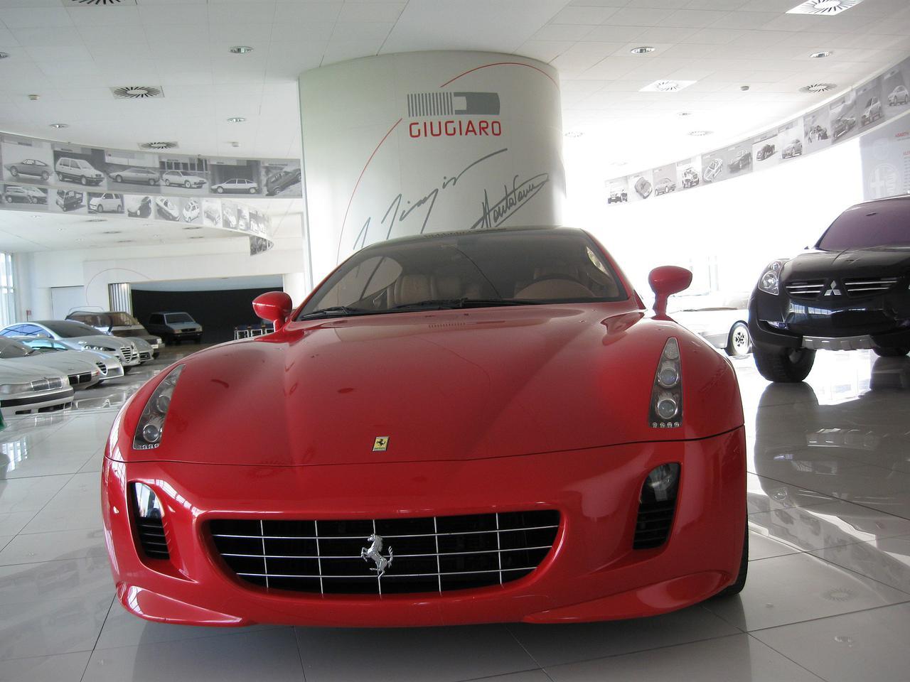 画像: イタリアのイタルデザイン-ジウジアーロのショールームに展示される、2005年のフェラーリGG50。 en.wikipedia.org
