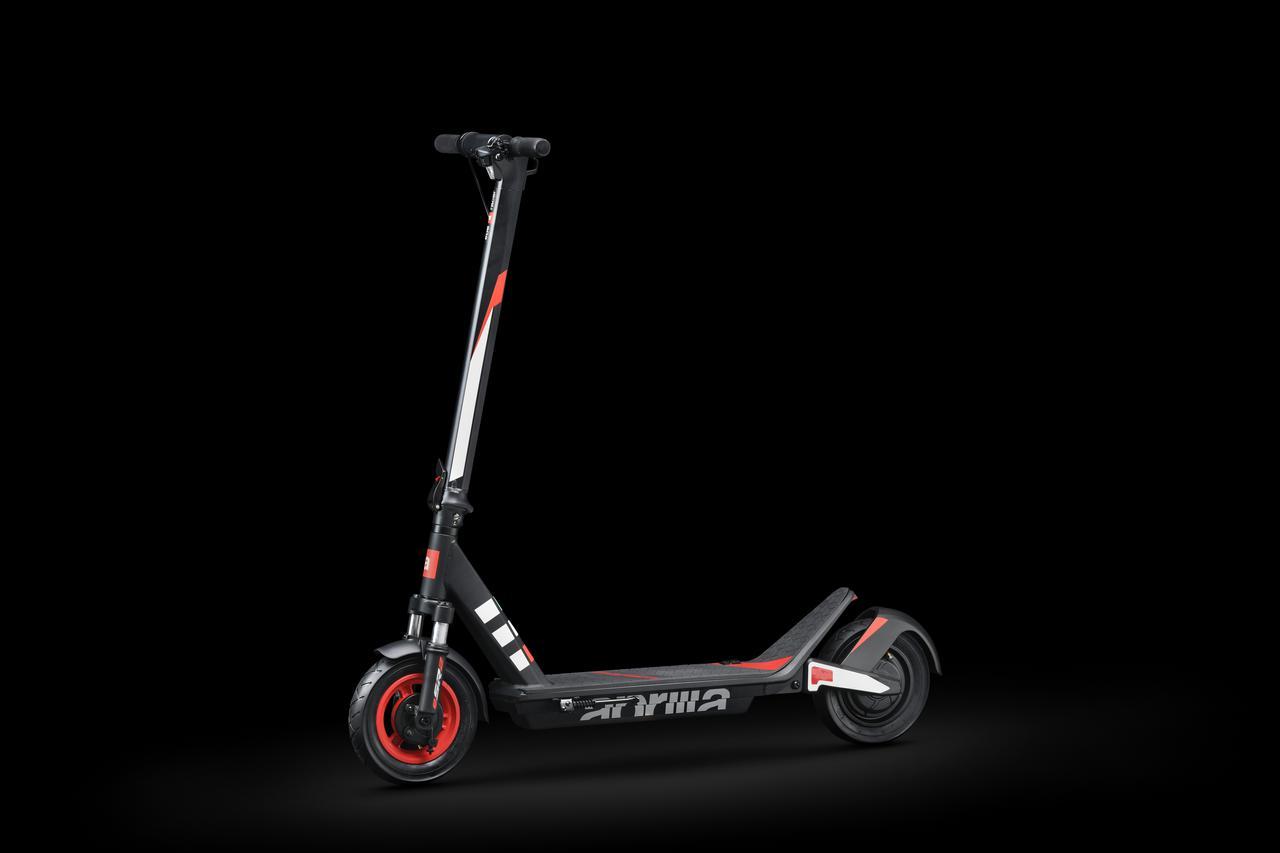 画像: eSR2は前後にLEDライトを採用。夜間走行時の視認性についても配慮し、安全な電動スクーターであることを目指しています。 www.aprilia.com