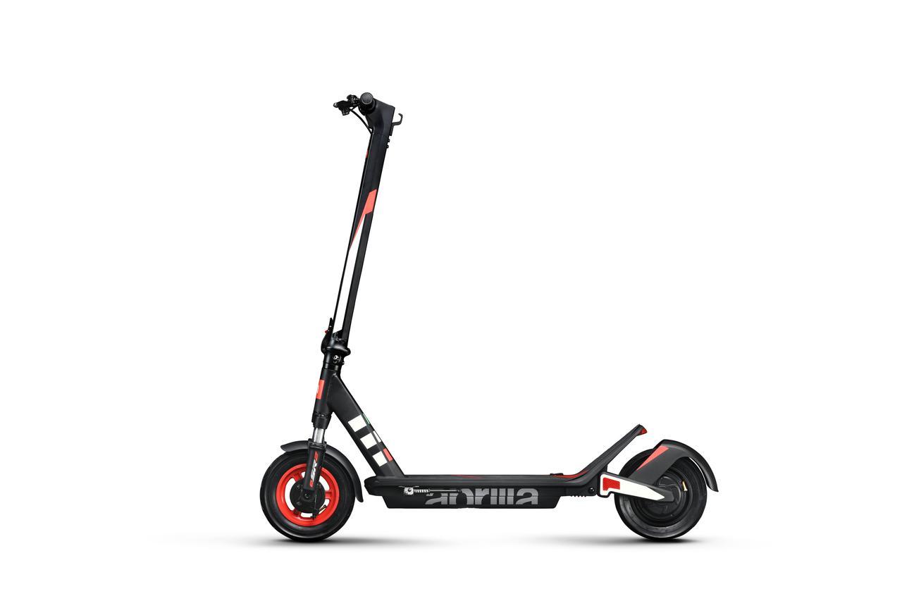 画像: アプリリアeSR2は、いわゆるキックボードスタイルの立ち乗り電動スクーターです。 www.aprilia.com
