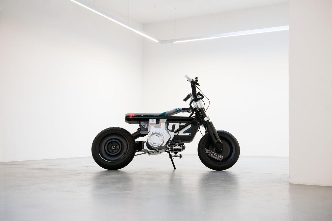 画像: コンセプトCE 02のスタイリングは、約120kgと今までのBMW製2輪EVに比べ、大幅に軽量コンパクトに仕上がっているのが特徴のひとつです。 www.bmw-motorrad.com