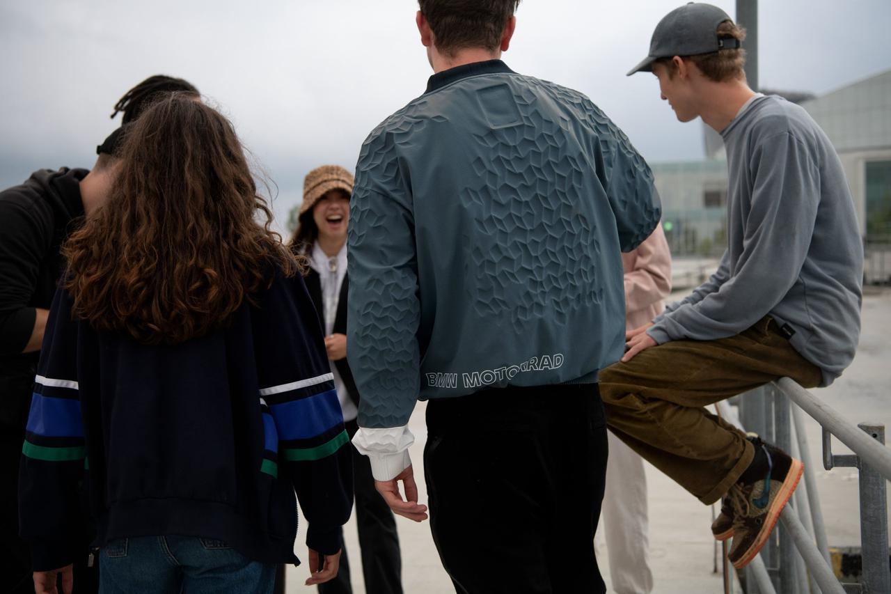 画像: プリントの3D立体構造が際立つメンズジャケット。 www.bmw-motorrad.com
