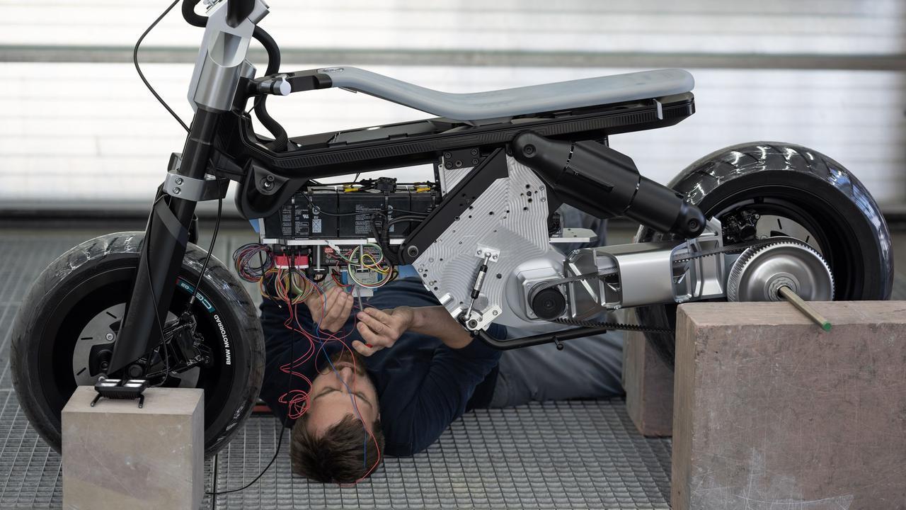 画像: コンセプトCE 02の構成がわかるカット。重量物であるバッテリーは、低重心化のためできるだけ低い位置に搭載されています。 www.bmw-motorrad.com