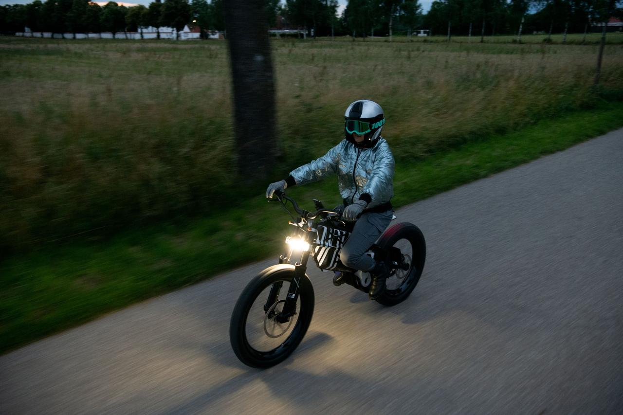 画像: ヴィジョン アンビィのシート高は830mm。ヘッドライトとテールライトは、コンパクトなLED製を採用しています。 www.bmw-motorrad.com