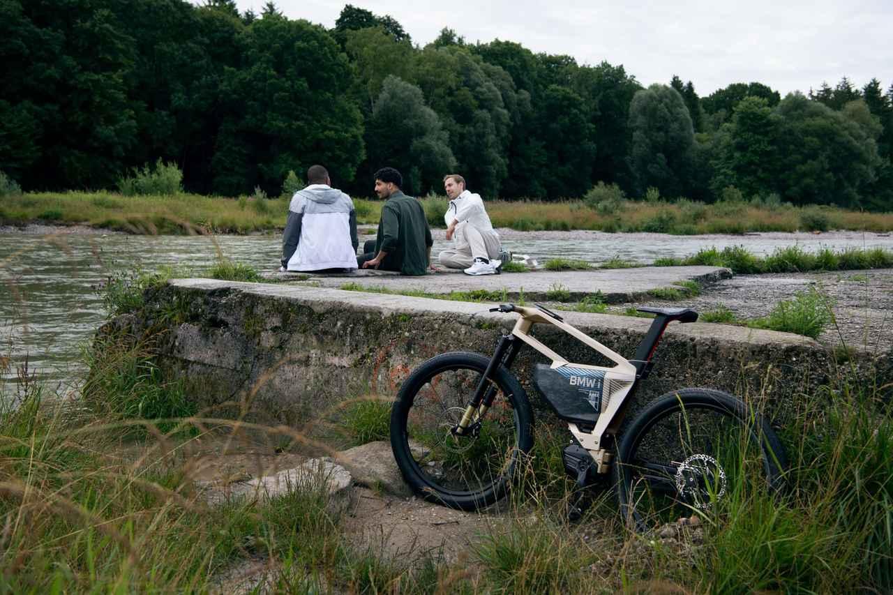 画像: iヴィジョン アンビィの2本のメインフレームの間の空間は、小物を収納できるスペースとして設定されているそうです。 www.bmw-motorrad.com