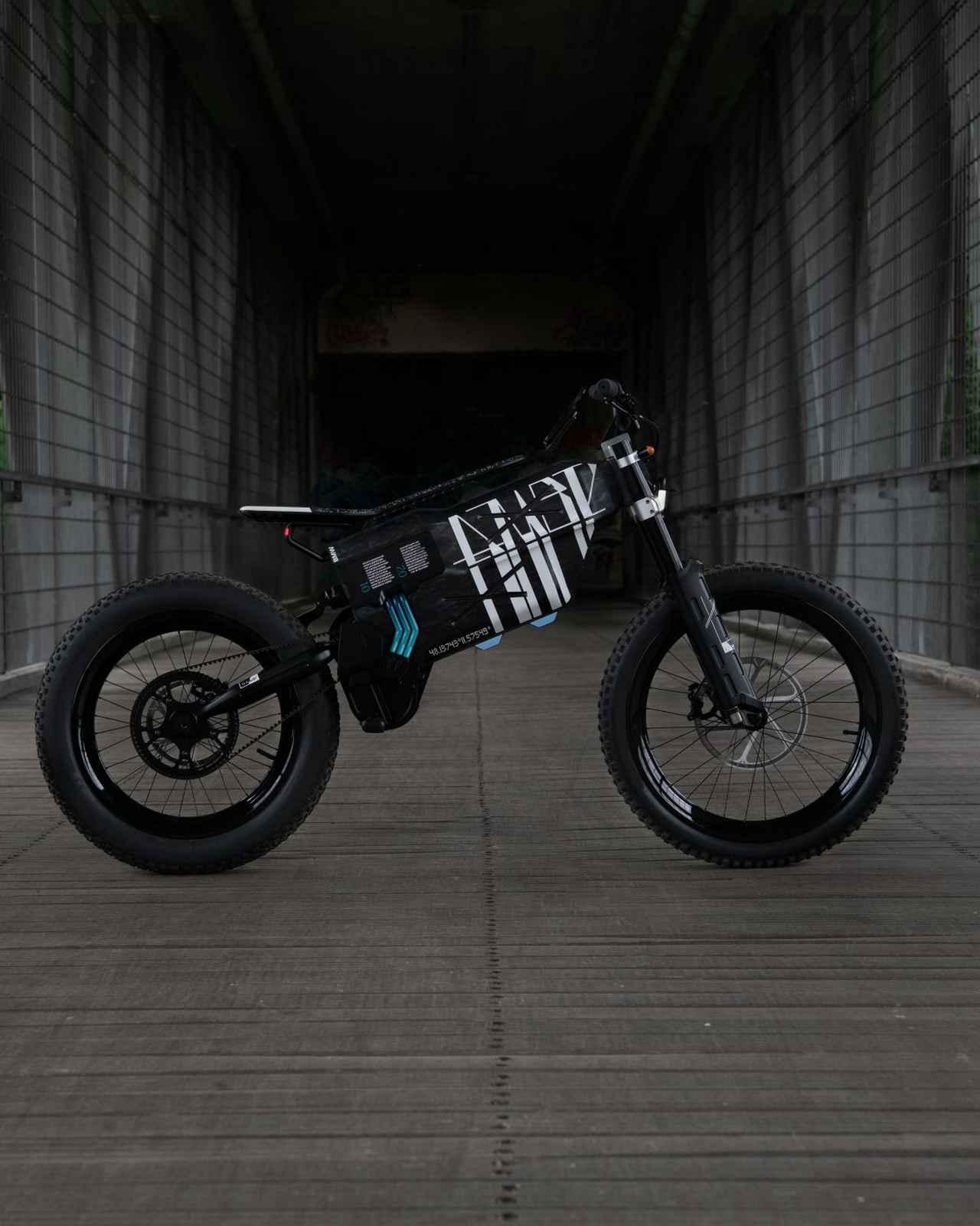 画像: BMWはヴィジョン アンビィに、ABS、自動ライティング、タイヤ圧モニター、最大140kmの距離レーダーを搭載することも考えているとのこと。都市部だけでなく、オフロード走行も楽しめそうな未来派2輪EVと言えるでしょう。 www.bmw-motorrad.com