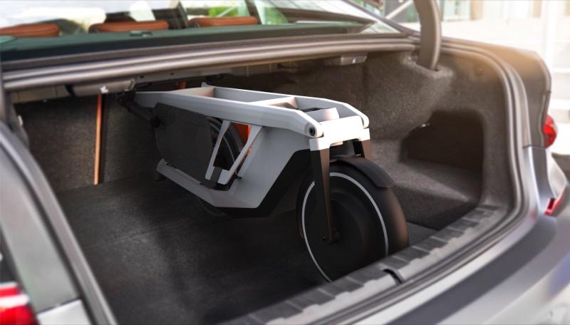画像: 車種によりますが、ハンドルとフートボードを折り畳むことで、セダンのリアトランクへ縦に積むことができる!! というのは大きな注目ポイントでしょう。複数台のSoFlow コンセプト クレバー コミュート インスパイアド バイ BMWを積んで、家族で出先にて乗ることができるのは、とても便利だと思います。 www.bmwgroup.com
