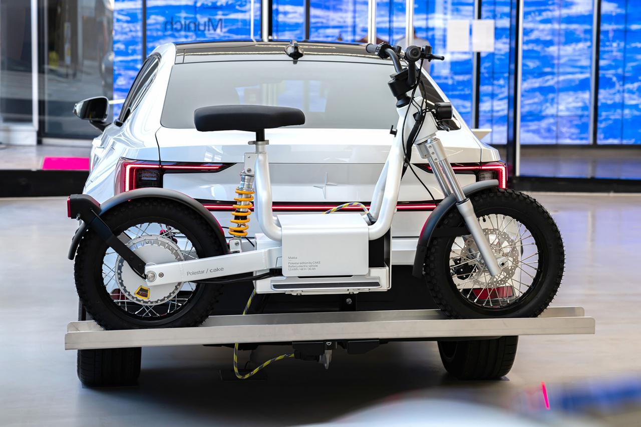 画像: トゥーバーにセットされるマウントの上に、積載されるマッカ。両車を接続するハーネスを見ることができますが、つまりこの状態でポールスター2からマッカに充電することができるのです! ridecake.com