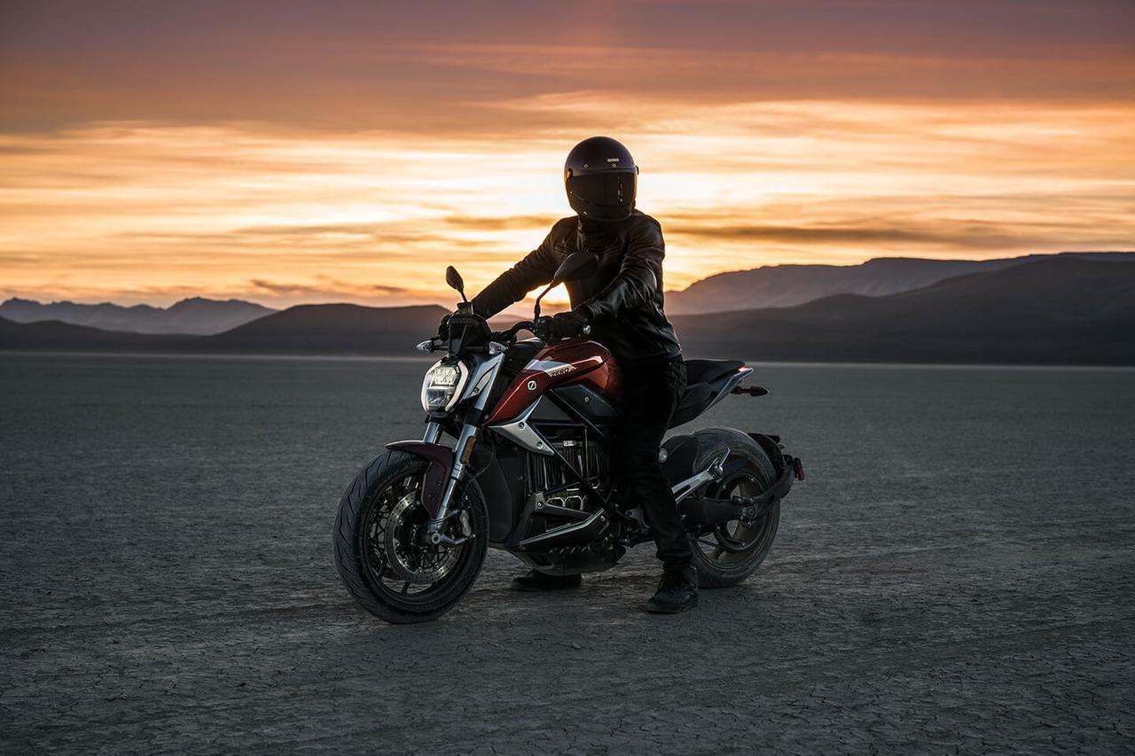 画像: ネイキッドスポーツのSR/Fは、SR/Sと同じプラットフォームを使っています。風を感じながら、パワフルな走りを愉しめるモデルです。運転にはAT含む大型自動二輪免許が必要になります。 www.rental819.com