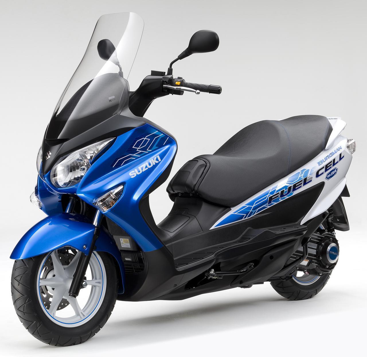 画像: スズキが2017年に公開した「バーグマン フューエルセル」は、「バーグマン200」をベースに軽量・コンパクトな空冷式燃料電池を搭載。航続距離は60km/hで120km(スズキ社内テスト値)でICE搭載のバーグマン200よりもかなり見劣りしますが、同年3月に18台がナンバープレートを取得。燃料電池二輪車の市場性の確認のために、公道走行に供されています。 www.autoby.jp