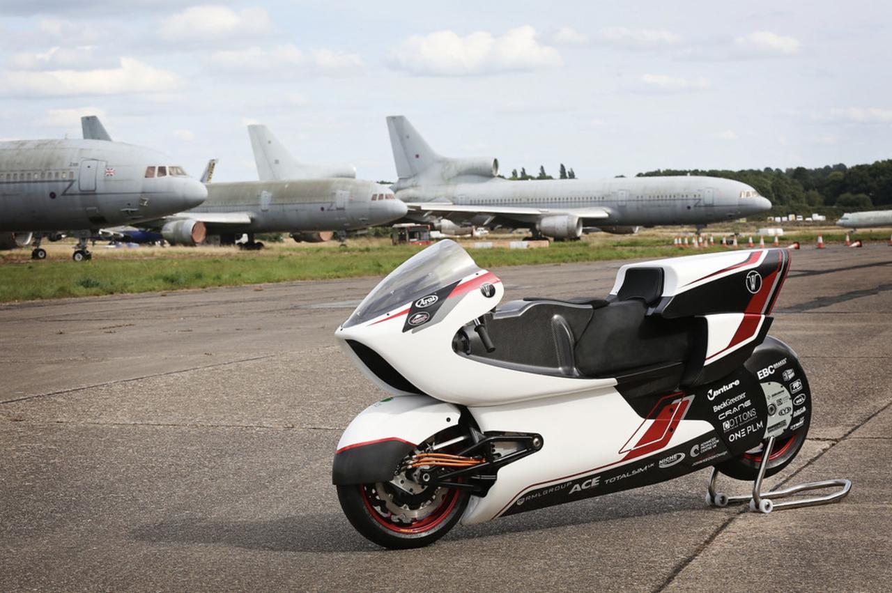 画像: WMC250EVのテストが行われたのは、第二次世界大戦中はRAF(英空軍)基地として、冷戦期は米空軍爆撃機基地として活用されたブランティングソープ試験場。1万フィート≒3kmの滑走路を利用した、車両用テストコースです。 whitemotorcycleconcepts.com