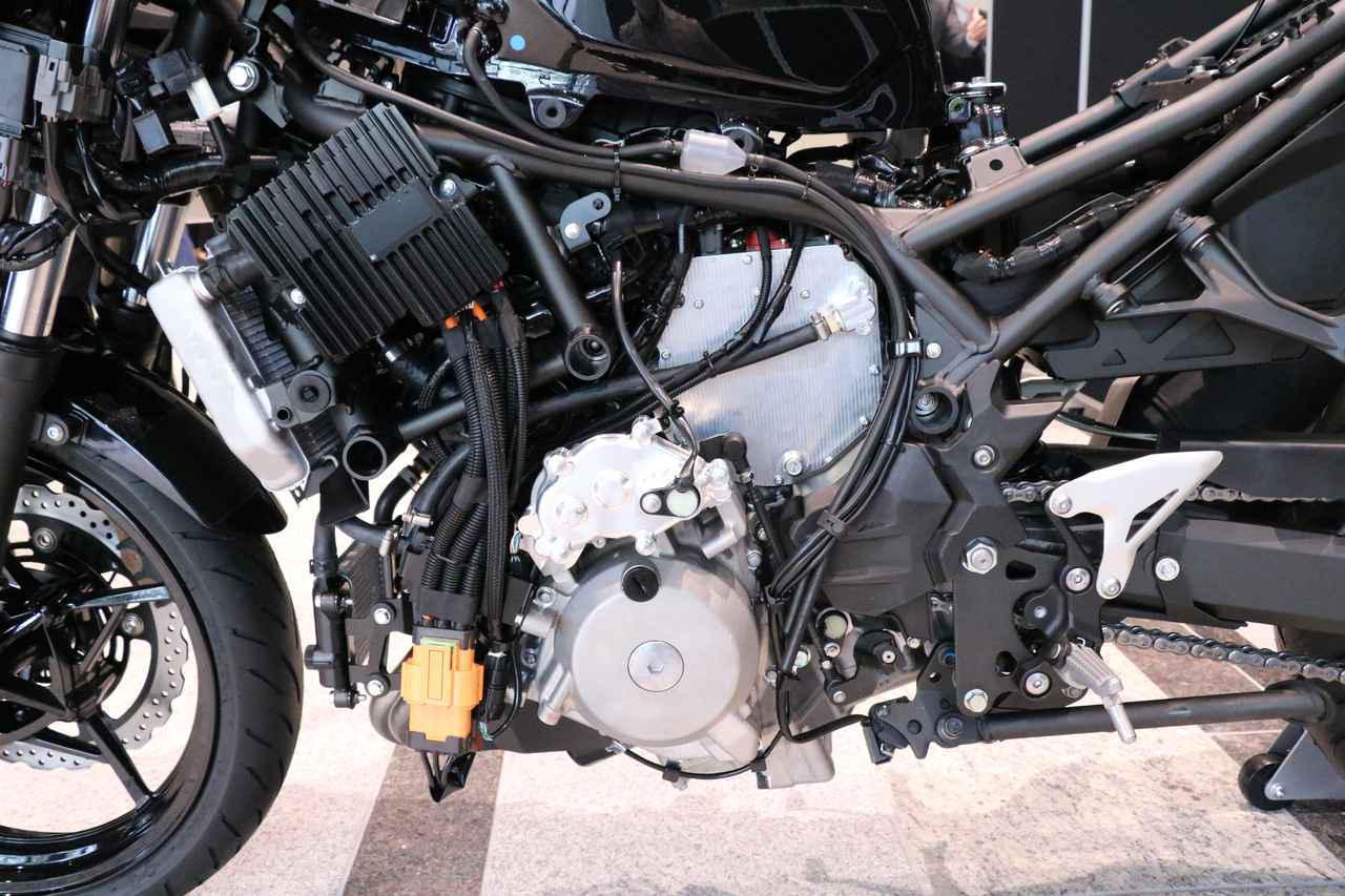 画像: 左側フートレストまわりにはシフトペダルがないので、既存の多くの2輪EVのように変速機なし・・・と思ってしまいますが、変速機は採用しており、ハンドル側スイッチを使って変速操作する仕組みになっています。 www.autoby.jp
