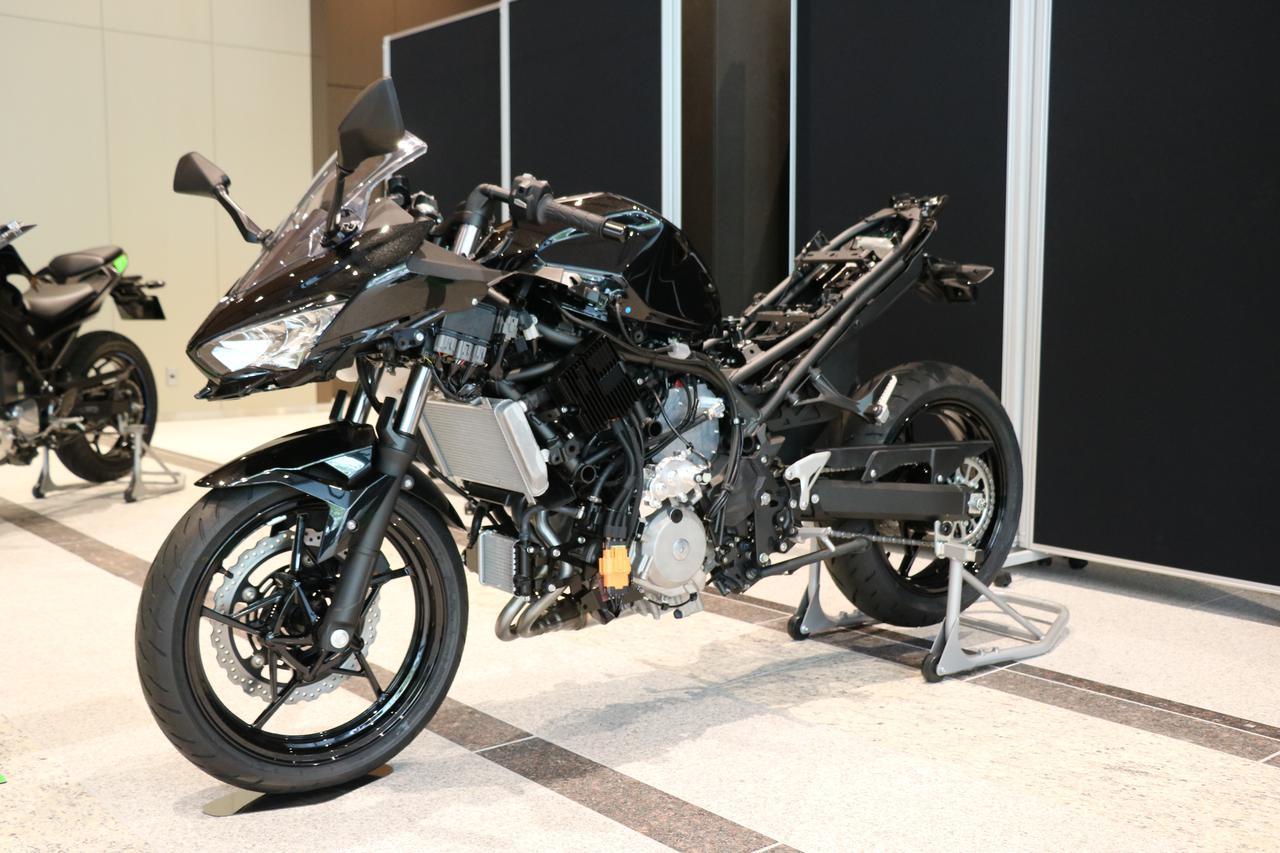 画像: 事業方針説明会の会場に展示された、カワサキのHEV(ハイブリッド車)研究車。諸元は明らかにされていませんが、ICE(内燃機関)はニンジャ用4ストローク並列2気筒・250cc・DOHC4バルブと思われます。 www.autoby.jp