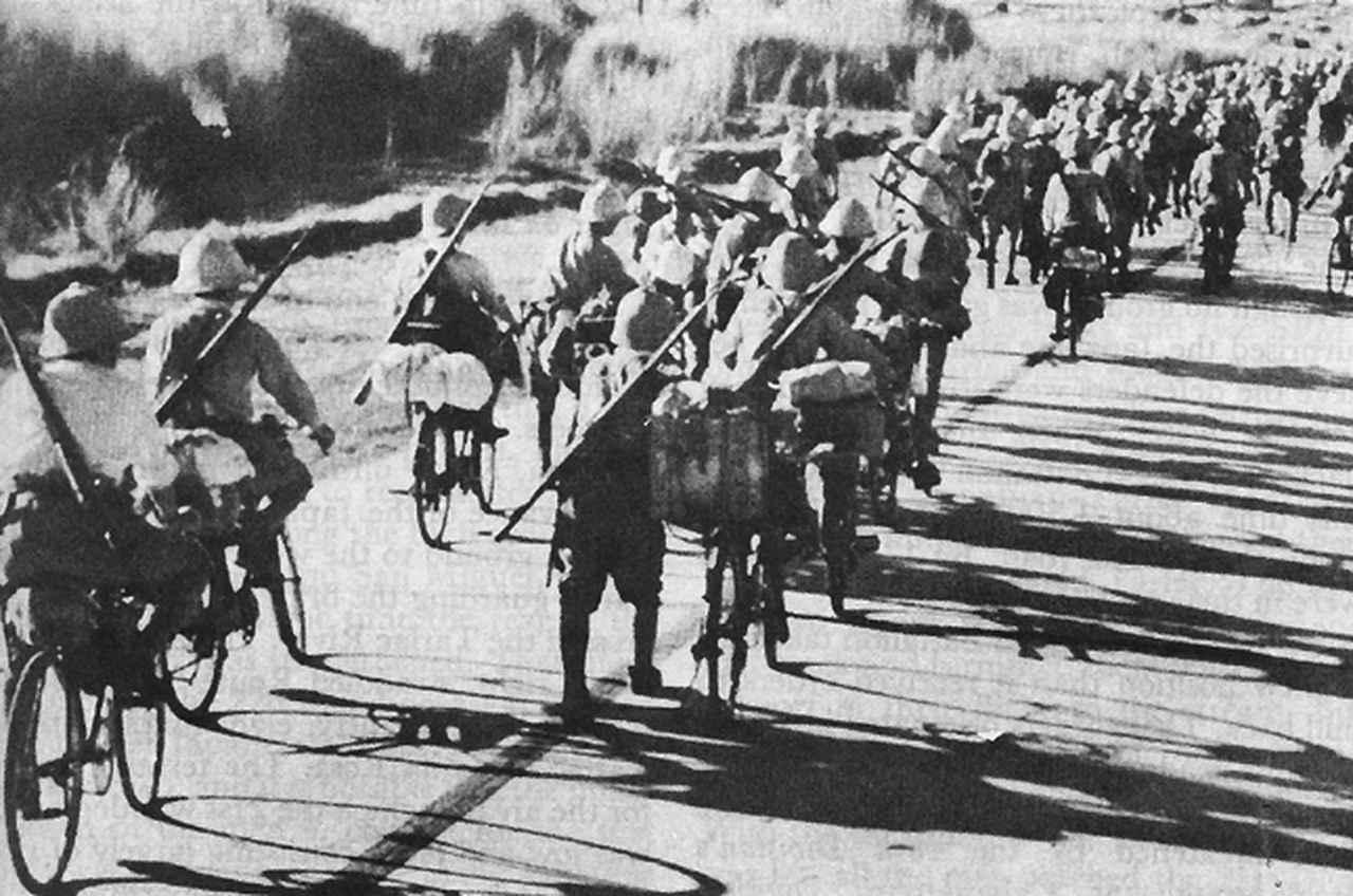 画像: 太平洋戦争での、旧日本軍の「銀輪部隊」。1941年のマレー侵攻作戦では銀輪部隊が機動力を発揮し、シンガポール占領に貢献しました。 ja.wikipedia.org