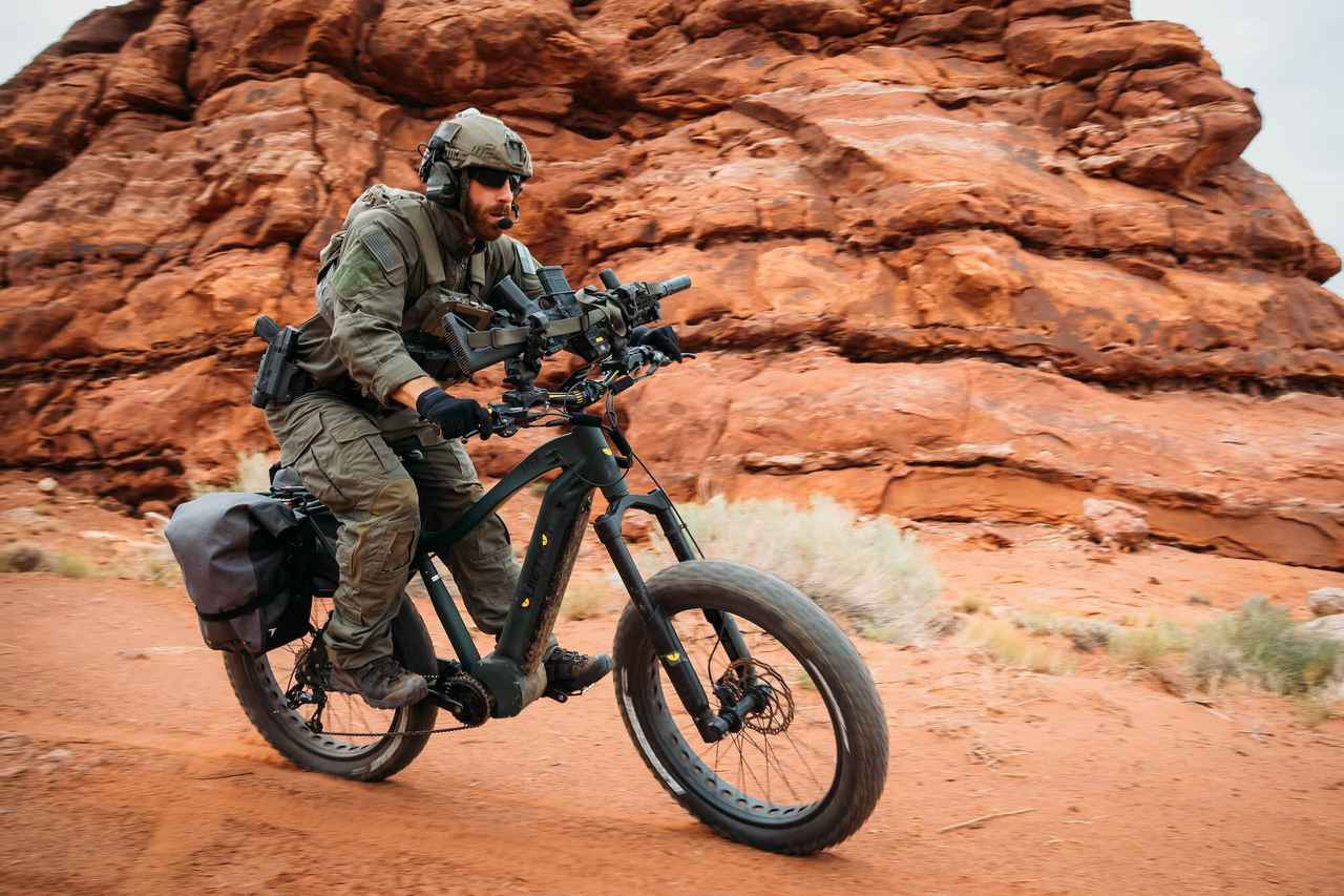 画像: ジープ/クワイエットカットの軍用Eバイク。ハンドルバーにはライフルホルダーと、作戦行動中に太陽光により充電することを可能にする、ポータブル・ソーラーパネルが備わっています。 quietkat.com
