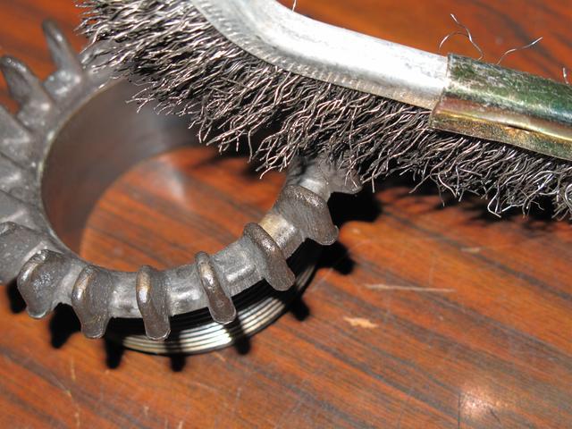 画像: 【ワイヤーブラシでこすってみましたが、真鍮の地が出てきました(涙)】