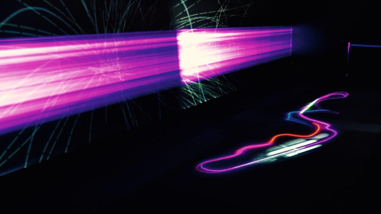 画像: 時速300kmの軌跡が浮かび上がる:WOW《Ray of Formula 1》