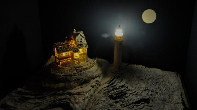 画像: スー・ブラックウェル《灯台守りの小屋》 2014年、W360mm×H240mm×D260mm 紙、本、照明、ガラス・木製ボックス入り紙の彫刻 「スウェーデン, Across the Water」より