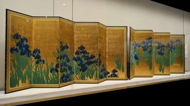 画像: 光琳が描き出した花のデザイン:《燕子花と紅白梅》根津美術館