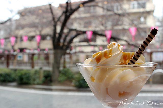 画像: ソフトクリームをいただきながら窓の外を。 tabelog.com