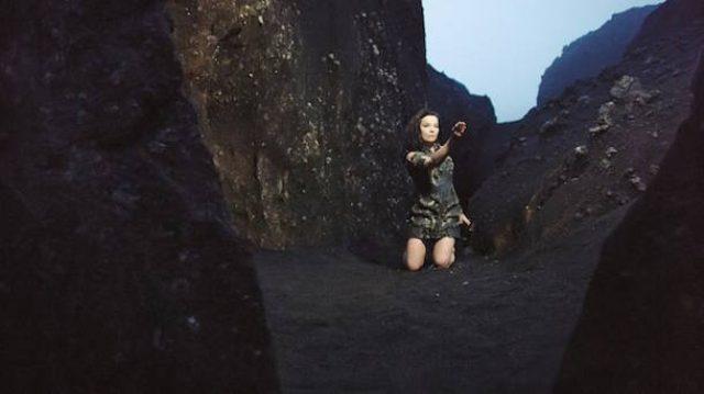 画像: Björkが10分におよぶ「Black Lake」のミュージックビデオを公開