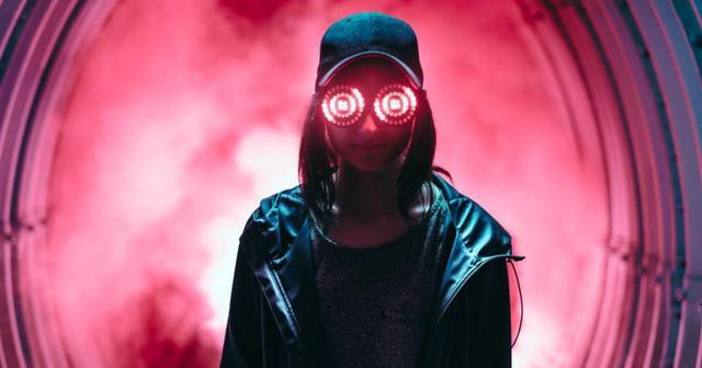 画像: 光るメガネに黒のキャップ、Rezzがいつも同じ帽子を被っているワケとは??