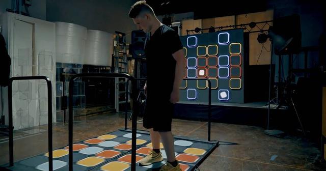 画像: ダンス ダンス レボリューション風のパッドで演奏するツワモノが現れる!