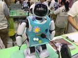 画像: 会話ができるロボット「パルロ」。お手製のコスチュームから、社員の皆さんのあふれるパルロ愛が窺える。