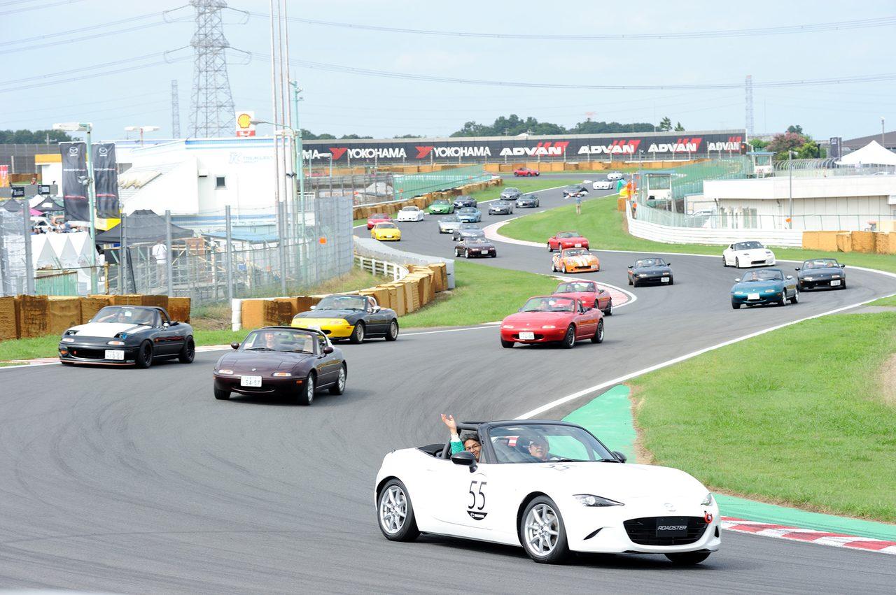 画像4: サーキットコースで集合写真!Be a driver.のポーズです!