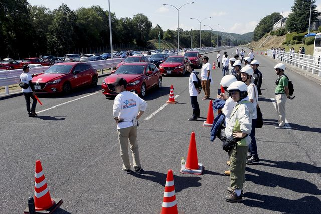 画像2: 高速周回路体験走行申込みに並ぶ長蛇の列