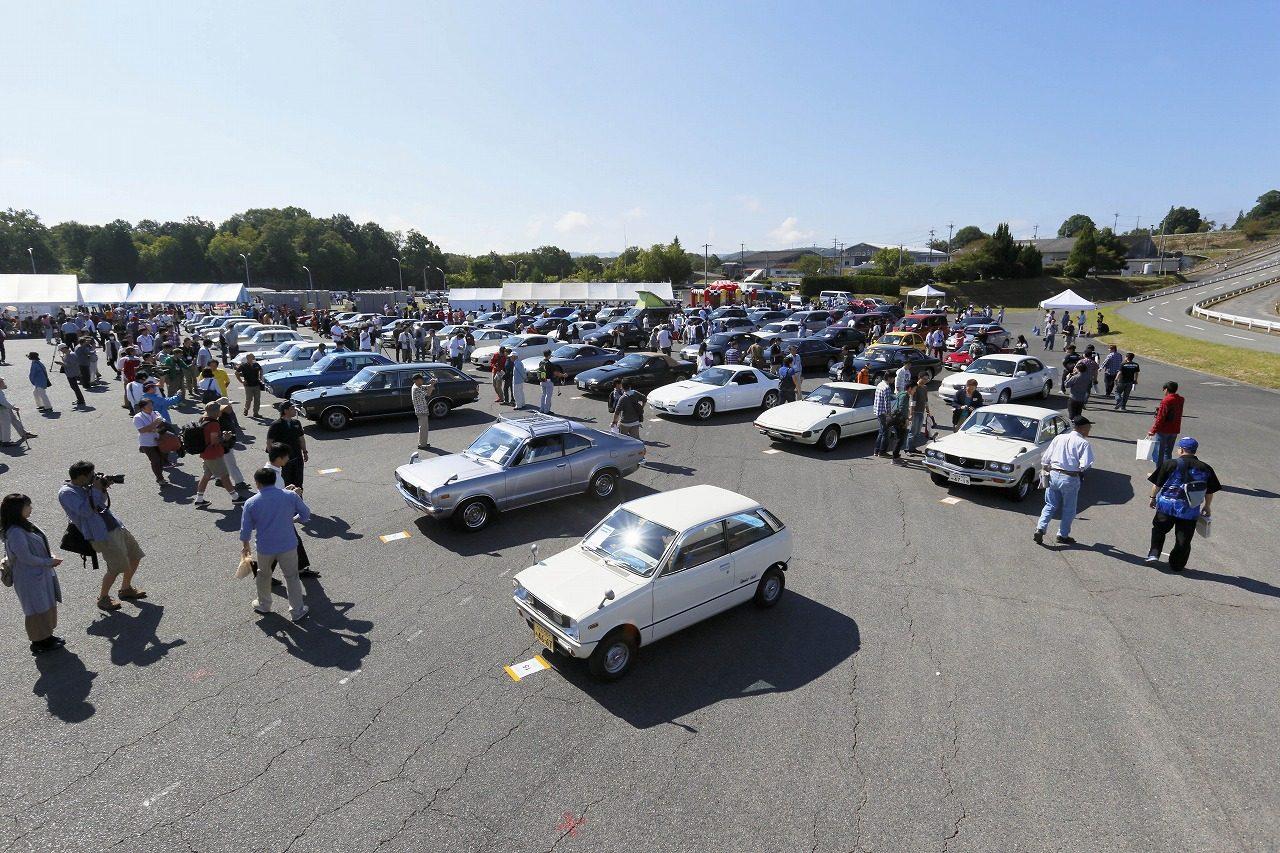 画像: メイン会場に並ぶ歴代マツダ車の雄姿