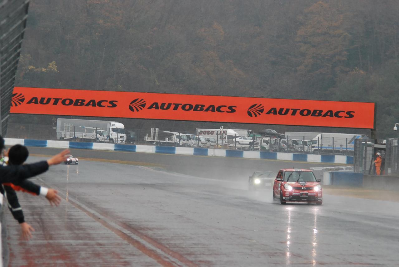 画像5: 2時間半の耐久レース、途中から雨が