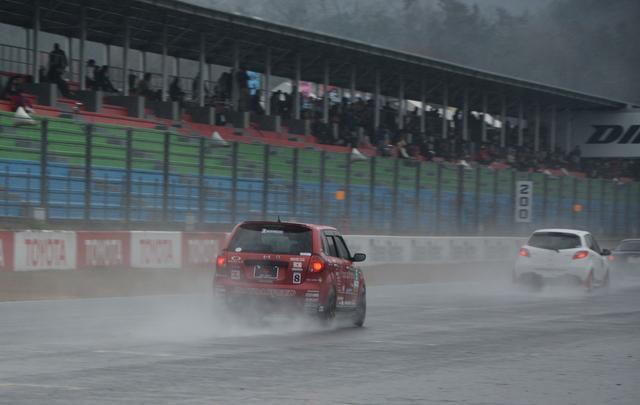 画像2: 2時間半の耐久レース、途中から雨が