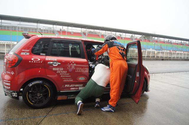 画像3: 2時間半の耐久レース、途中から雨が