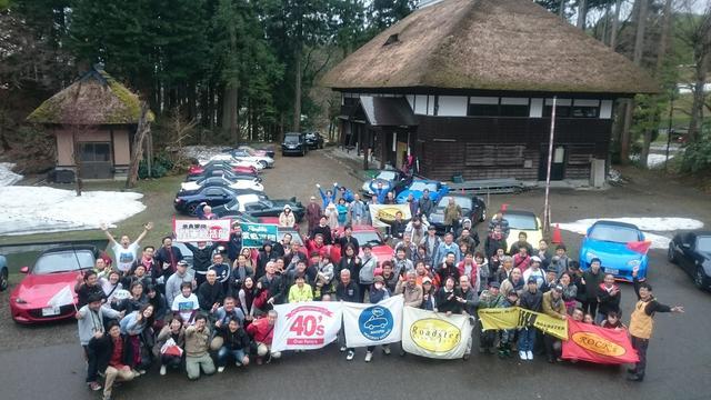 画像: 参加者揃っての記念撮影。茅葺き屋根とロードスターの相性も抜群!