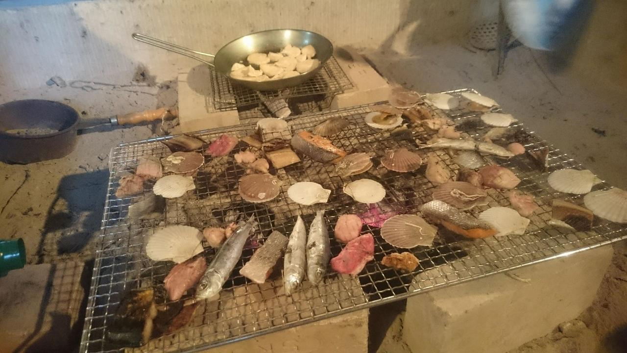 画像: 囲炉裏は自由に利用可能。なので気がつけば常連参加者が海鮮炭火焼を振る舞ったりしている。