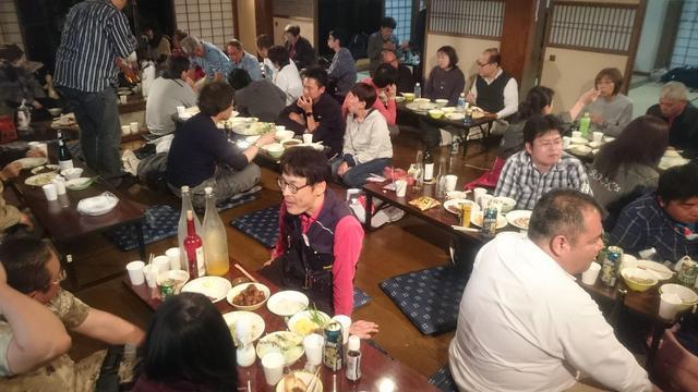画像: 囲炉裏を囲んでの交流会(宴会)も、このミーティングならでは。気が済むまで続くクルマ談義?はとても楽しい。 夕食を参加者有志が作るのも、全国的に珍しいのでは?