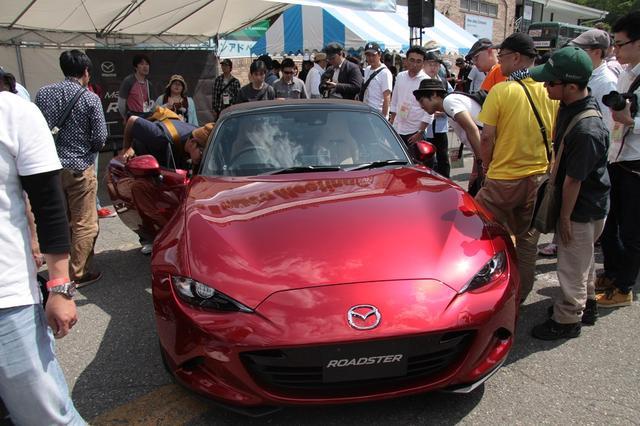 画像: 多くのファンが興味津々で展示車に集まります。