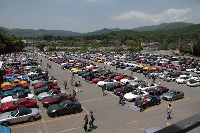 画像: 歴代ロードスターが955台集結。第2駐車場までロードスターで埋め尽くされました。