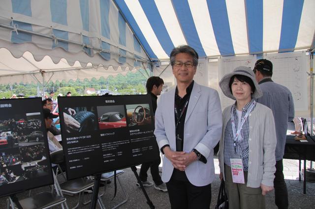画像: NAロードスターレストアプロジェクトのテントにて。ロードスターアンバサダーの山本修弘さんと奥様。