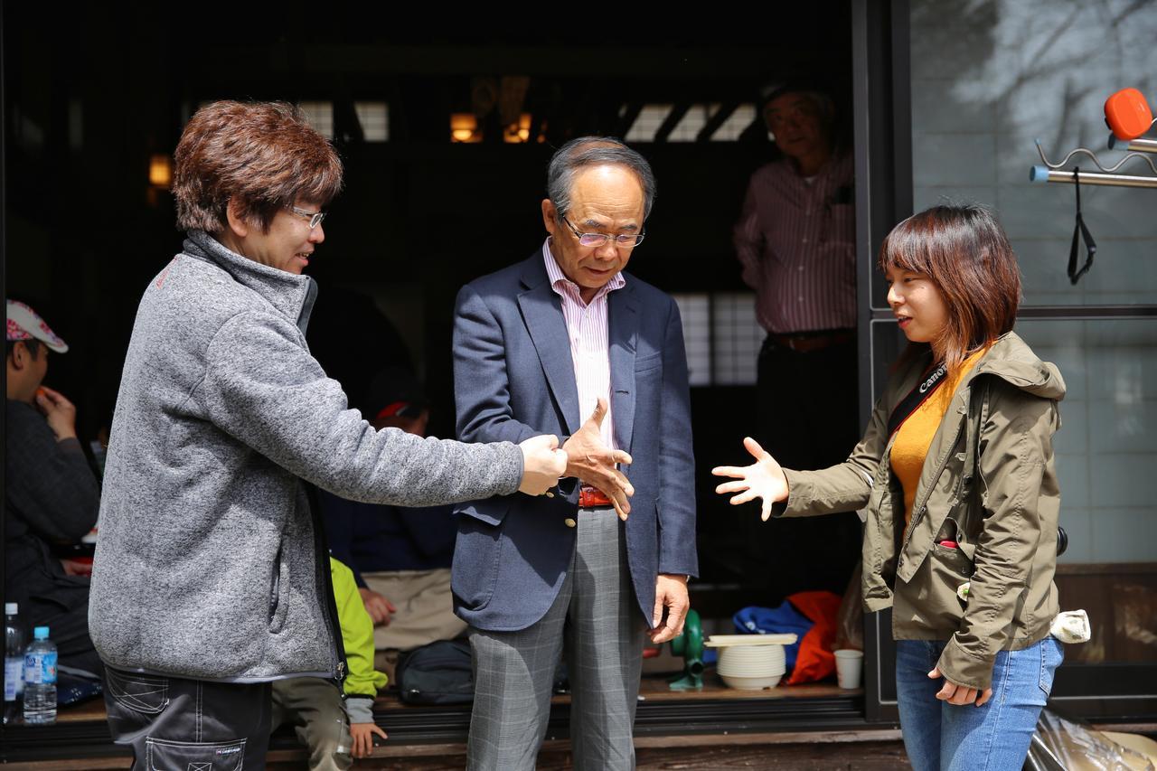 画像: 焼き蛤グランプリに参加された貴島孝雄さん(中央) Rマジックの大原代表もイベントに参加してくれました(左)。