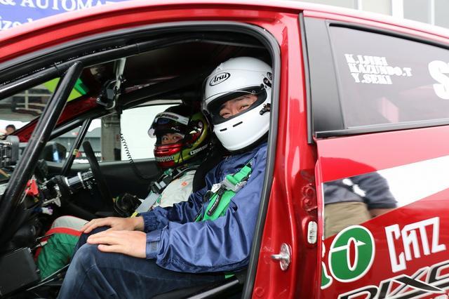 画像: 当選したデミオS耐マシンの助手席で喜色満面な笑顔