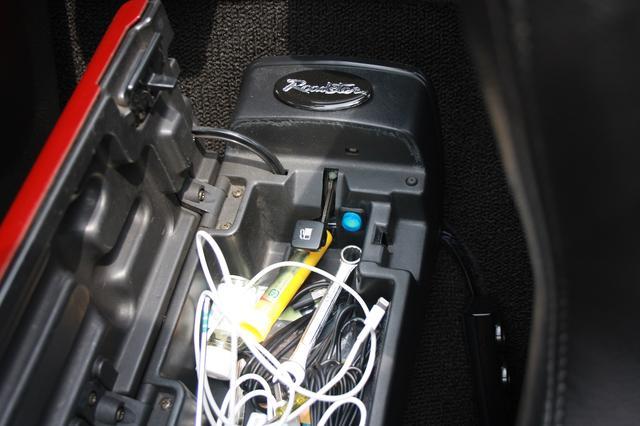 画像: 奥に見える青いスイッチが電磁式トランクリッド。スマホとも連動します。