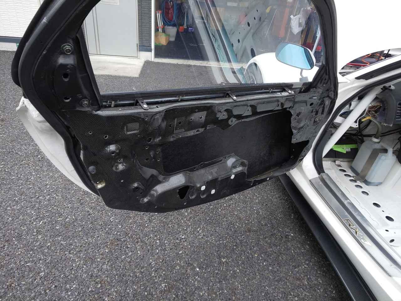 画像: ドアもカーボンをふんだんに使用して軽量化に貢献。これだけで10kg以上の軽量化がされているのでは? 窓ガラスは当然アクリルの嵌め殺しです。