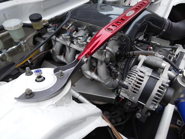 画像: 4ローターエンジンなので、インマニもエキマニも全てワンオフ作製。インマニが直接ローターハウジングに繋がっているのがペリポートの証。ブレーキはマスターバックが付かないダイレクトコントロール。踏力が必要な代わりに、より繊細なブレーキコントロールが可能になります。