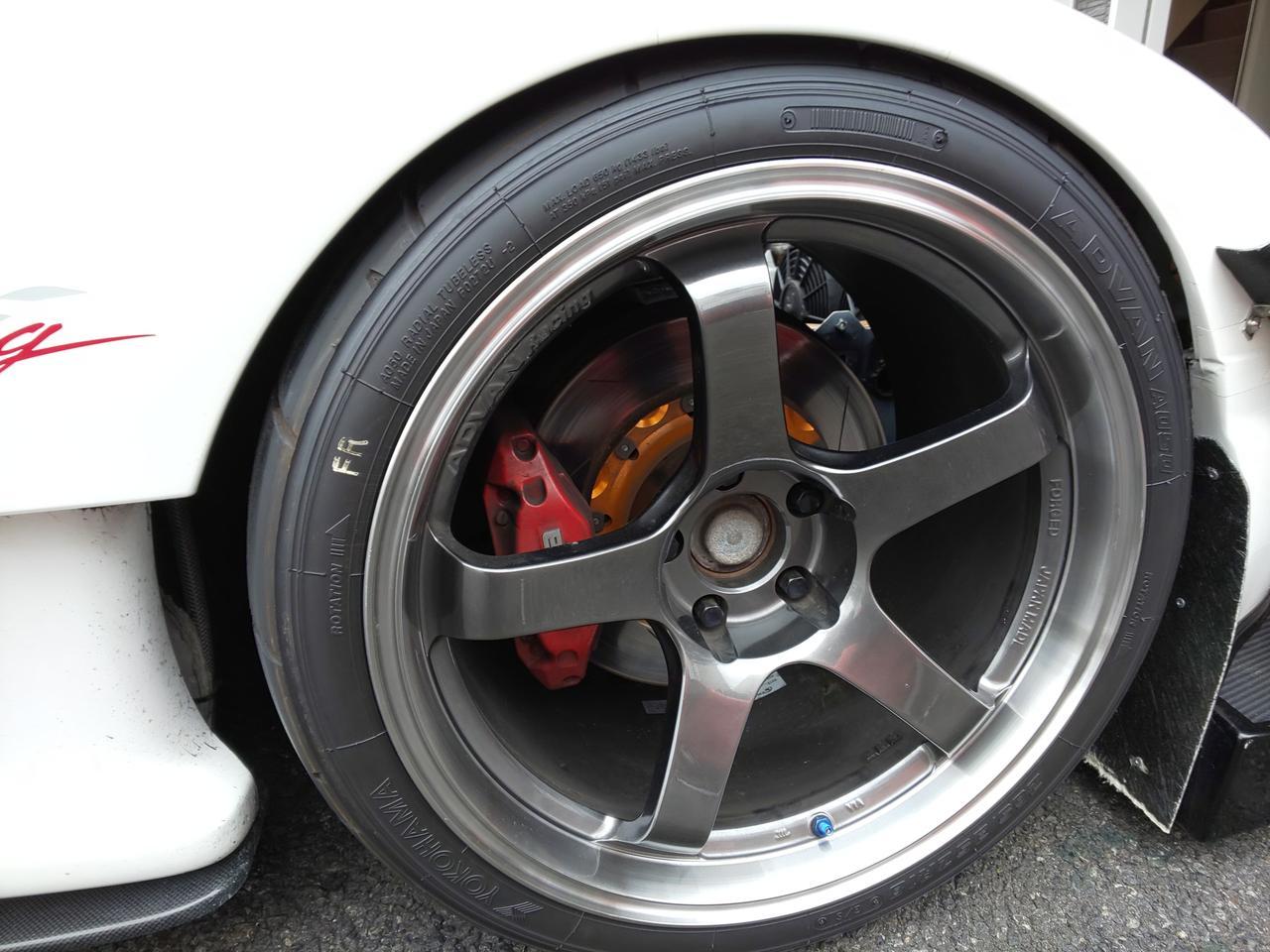 画像: アドバンレーシングのホイールにヨコハマA050の組み合わせ。ブレーキキャリパーは純正を使っていますが、ローターは2ピース仕様で安定したブレーキ性能を発揮します。