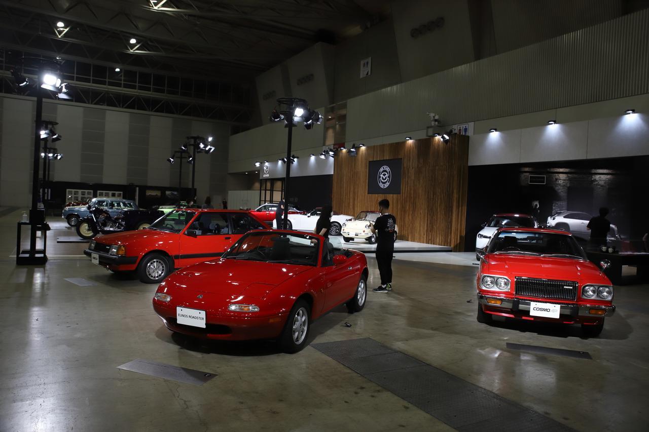 画像: イメージカラーがレッドの代表車種3台。左から「赤いXG」で有名なBD型5代目ファミリア、最量販オープンスポーツカーとしてギネス記録を持つNA型ロードスター、公害対策が施されたロータリーエンジンが搭載されたコスモAP。