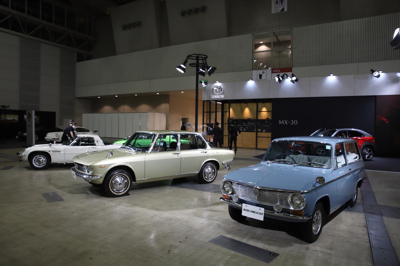 画像: 当時エポックメイキングなクルマとして話題になった3車種。左からロータリー初量産車コスモスポーツ、ベルトーネデザインとして話題になった流れるようなスタイルの初代ルーチェ1500デラックス、そして需要を見越しセダンに先行して発売された初代ファミリアバン。