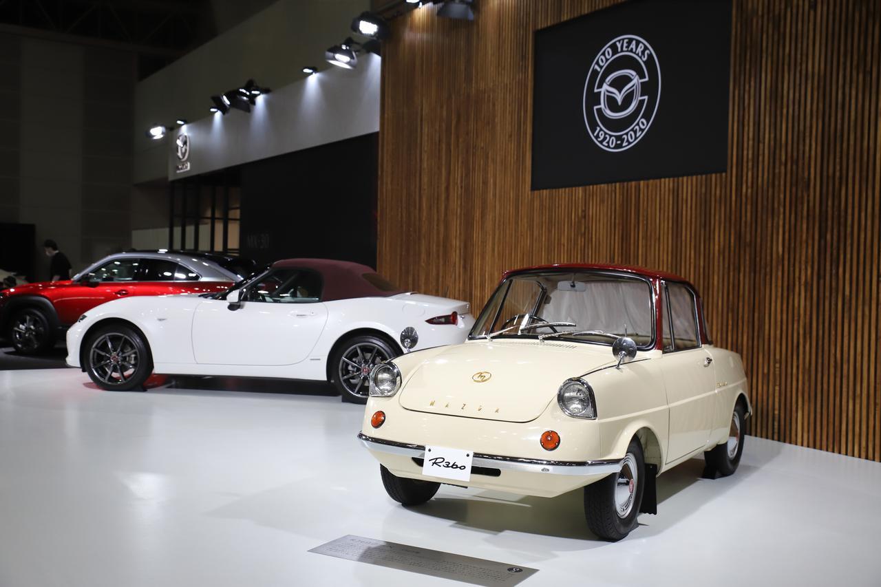 画像: ステージ中央にはロードスター100周年特別記念車とそのカラーリングのモチーフとなったR360が展示されていた。